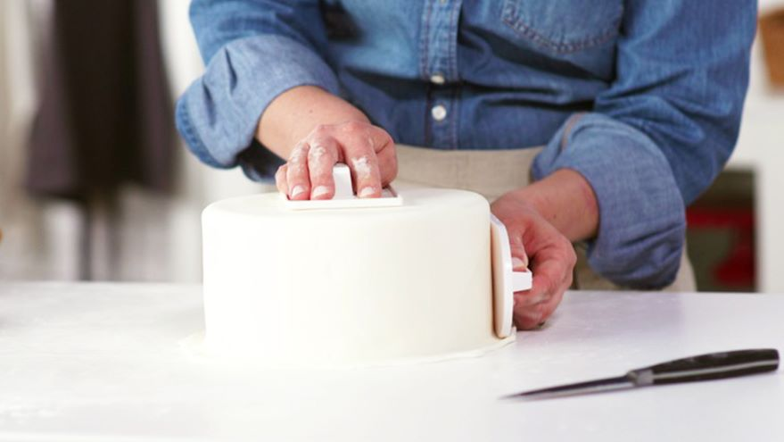 Fondant: Rolling Out & Covering a Cake
